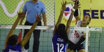 Acción de   uno de los  partidos de ayer entre los equipos de Cuba  y Colombia en  Copa Panamericana de Voleibol.  Alberto calvo