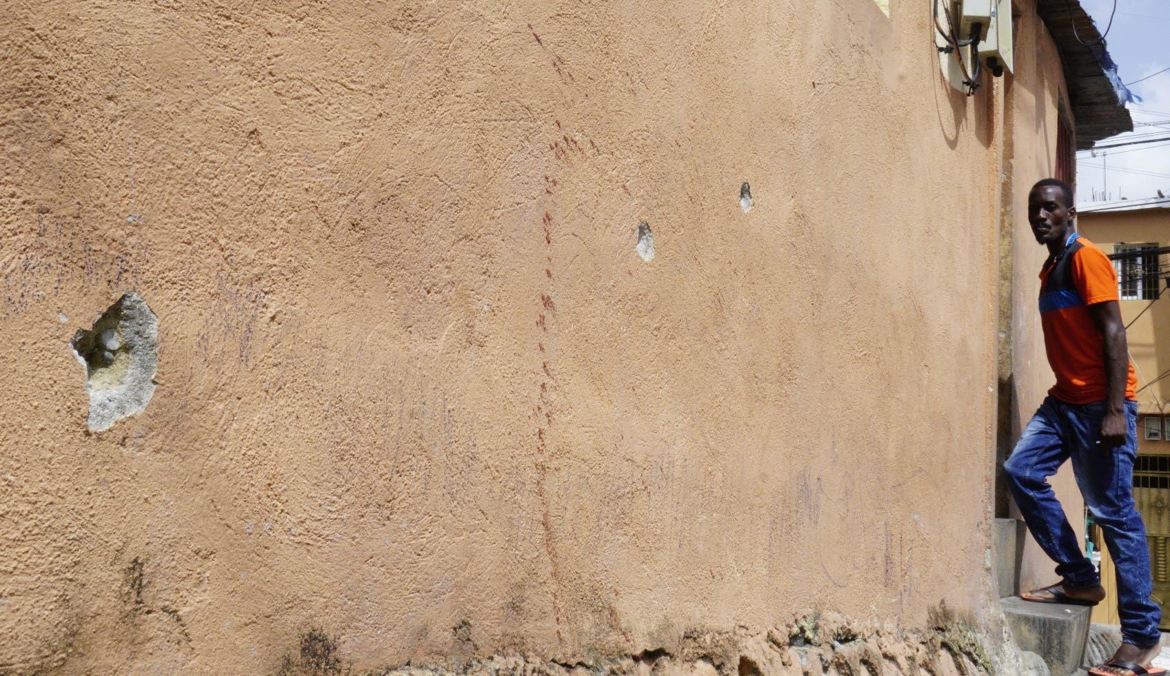 Varias viviendas de la manzana F, de Los Mina,  fueron impactadas  durante el tiroteo.  elieser tapia.