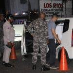Miembros de la Policía realizaban anoche una inspección de vehículos, pero el patrullaje era muy tímido.  Nicolás Monegro