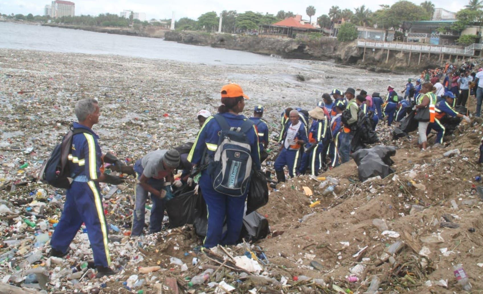 El Ayuntamiento del Distrito Nacional y Obras Públicas han destinado miles de obreros a sacar la basura que llegó al Malecón.
