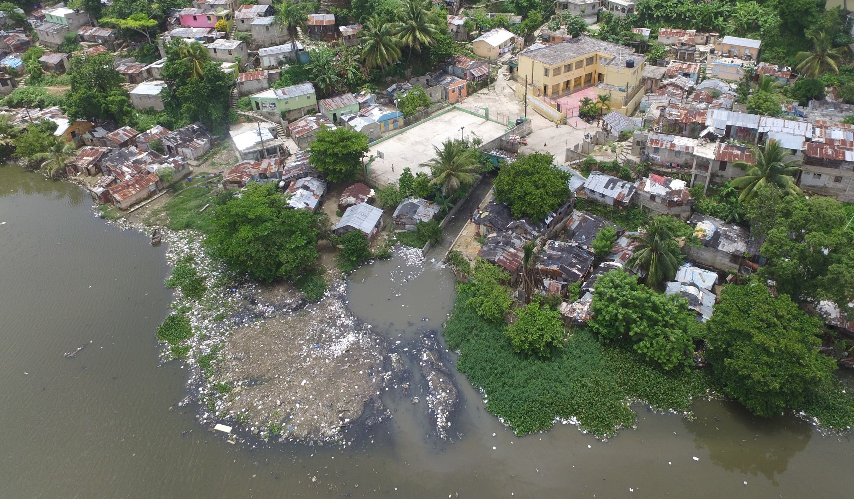 En estos ríos    vierten gran  cantidad de plásticos y otros residuos sólidos   desde las cañadas,los que  termnian  en  el litoral sur. Elieser Tapia