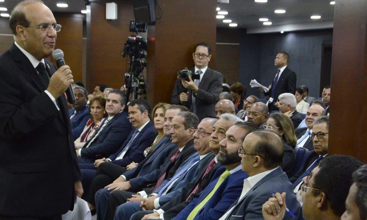 Julio César Castaños Guzmán  se dirige a representantes en la audiencia de  ayer.  José de León.