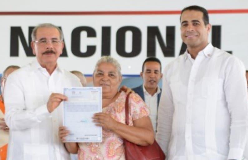 Medina entregó documento a beneficiaria.  fuente externa