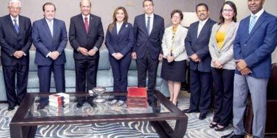 Representantes de JCE y del PRM en encuentro.  fuente externa