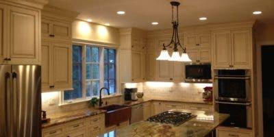 En la cocina se pueden instalar acentos en el desayunador, para resaltarlo.