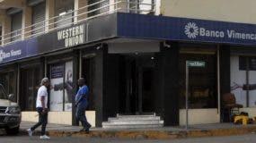 En esta sucursal de Santiago cargaron con 11 millones de pesos y han sido recuperados 4 millones. archivo