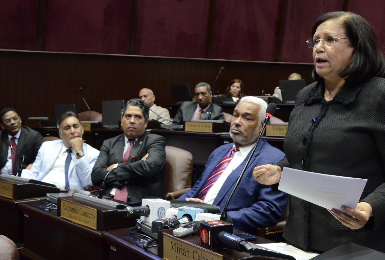 La peledeísta Miriam Cabral presenta documentos contra denuncia del PRM.  josé de león
