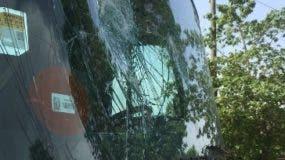 Cristales y gomas de flotilla de la UED fueron rotos.