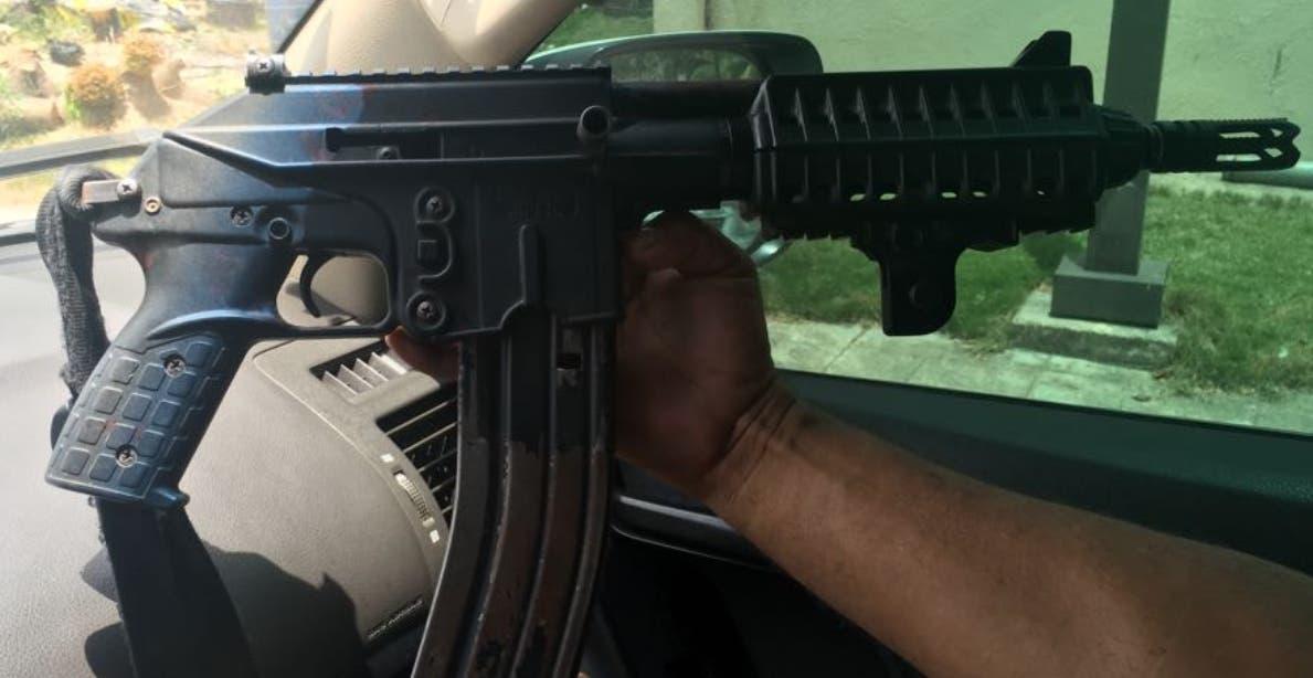 Fusil que estaba en poder de los occisos y que fue recuperado por la Policía. fuente externa.