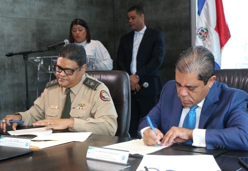 El general Méndez y Marino Collante al firmar el acuerdo.