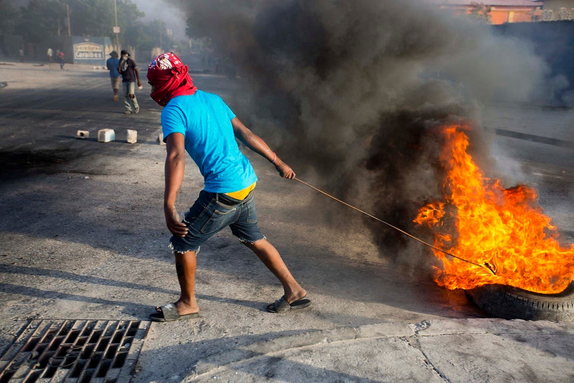 4. El fuego es el simbolo de la protesta en las calles de Puerto Príncipe.