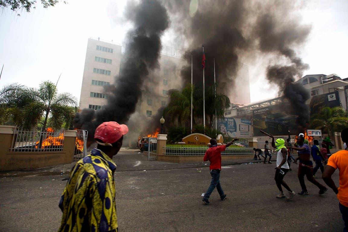 8. Varios carros arden en el parqueo del Royal Oasis hotel en Puerto Príncipe.