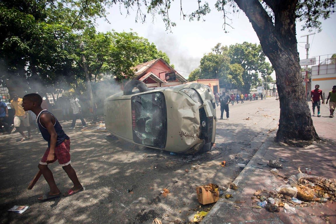 12. Un vehículo policial que fue capturado y apedreado por los manifestantes.