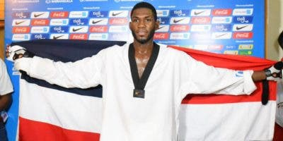 Bernardo Pie exhibe orgulloso la bandera dominicana.