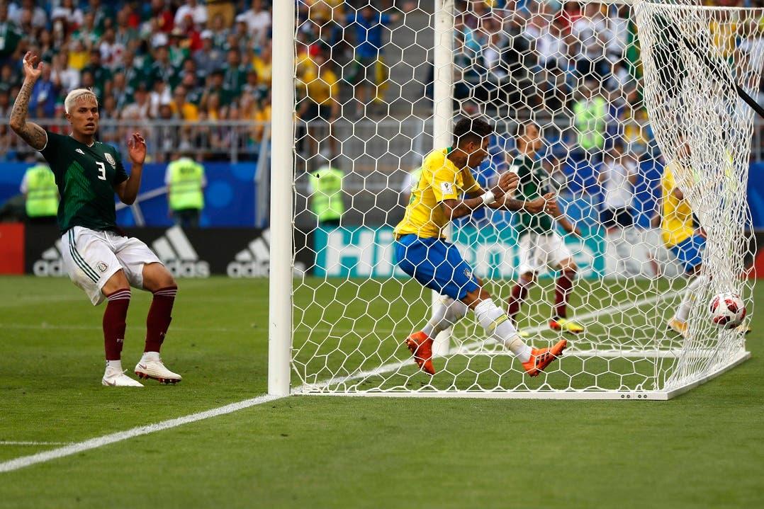 Roberto Firmino anota el segundo gol para Brasil en la victoria (2-0) sobre México.