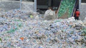 La cantidad mínima que se exporta  de plástico es  45 mil toneladas, para lo cual se requiere una inversión mayor de RD$5 millones cada mes.  Elieser Tapia