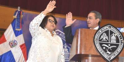 Iván Grullón juramenta a Emma Polanco como rectora de la UASD.