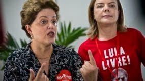 La expresidenta de Brasil Dilma Rousseff (izq.) habla con los periodistas después de participar en la ceremonia inaugural del la XXIV reunión del Foro de Sao Paulo en La Habana, Cuba.