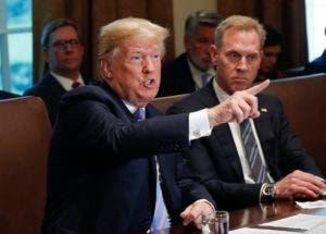 El presidente Donald Trump habla en la reunión de gabinete del 18 de julio de 2018 en la Casa Blanca, Washington. A su lado, el subsecretario de Defensa Patrick Shanahan. (AP Foto/Pablo Martinez Monsivais)