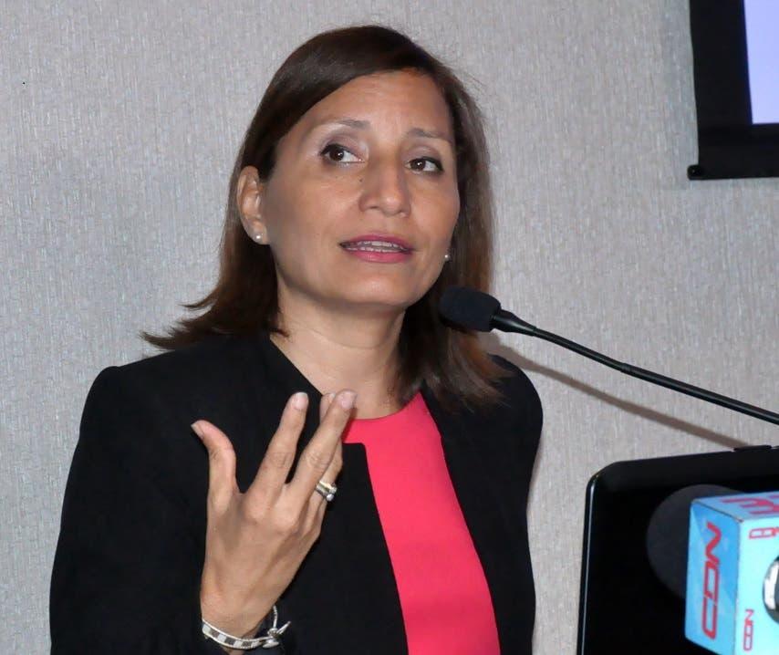 La doctora Hilda Cruz, subdirectora del primer Nivel de Atención del Servicio Nacional de Salud, habla a los comunicadores.