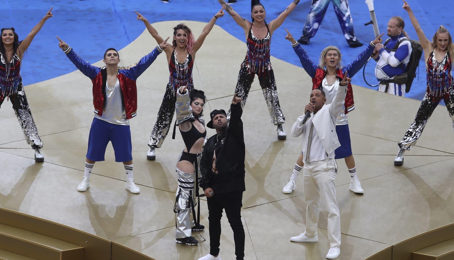 1. La cantante kosovar Era Istrefi, el cantante puertorriqueño Nicky Jam y el actor estadounidense Will Smith, de izquierda a derecha, durante su presentación en la ceremonia de clausura previa a la partido entre Francia y Croacia en la Copa Mundial 2018 en el estadio Luzhniki en Moscú, Rusia, el domingo 15 de julio de 2018. (Foto AP/Thanassis Stavrakis)
