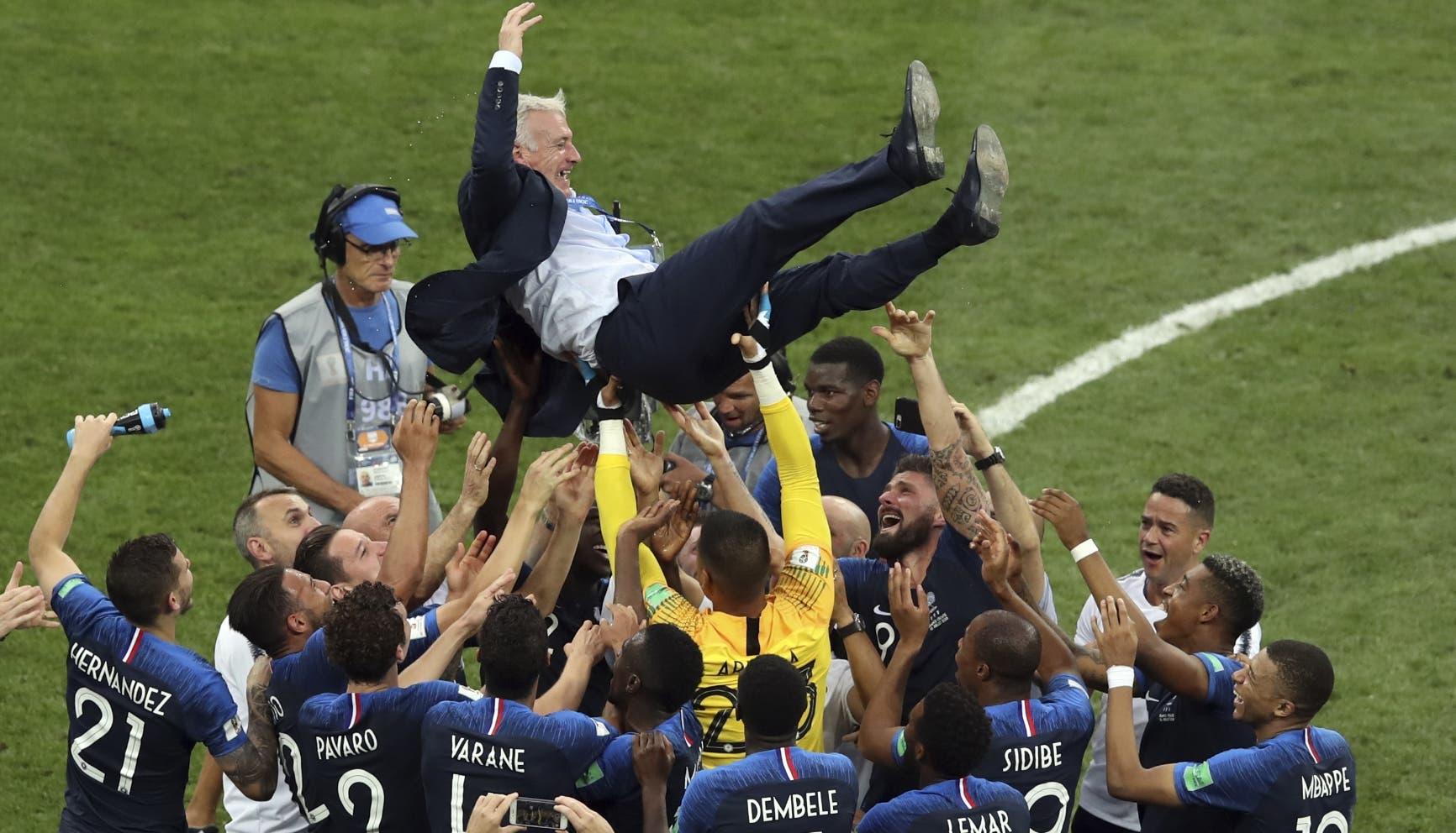 4. Los jugadores de Francia alzan a su técnico Didier Deschamps tras vencer a Croacia en la final del Mundial en el estadio Luzhniki de Moscú, el domingo 15 de julio de 2018. (AP Foto/Thanassis Stavrakis)