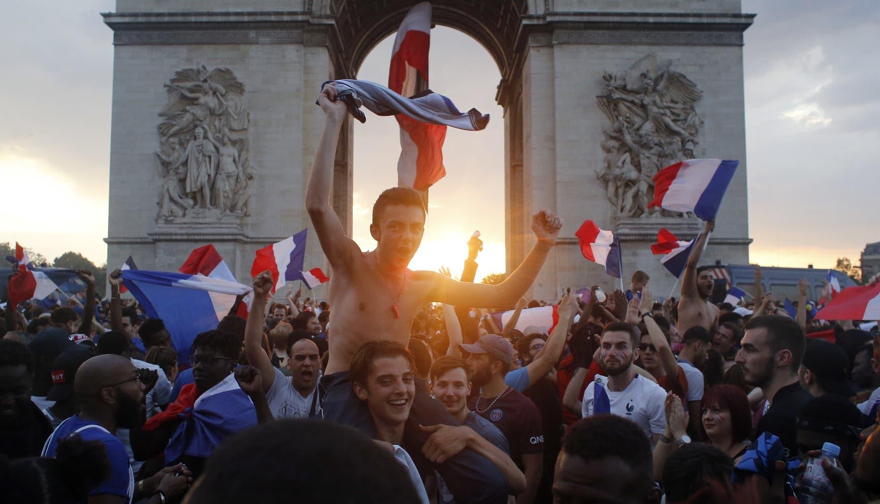 5. La gente toma las calles alrededor del Arco del Triunfo para festejar la coronación de Francia en el Mundial, el domingo 15 de julio de 2018, en París. La selección francesa derrotó 4-2 a Croacia en Moscú (AP Foto/Thibault Camus)
