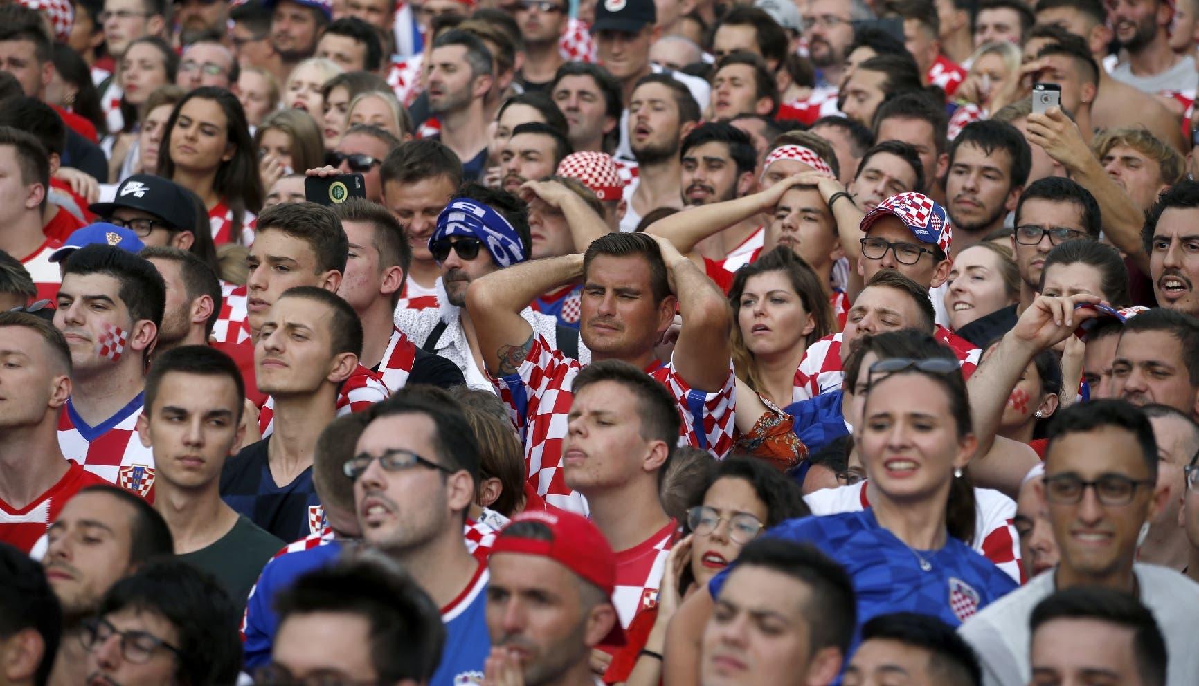 8. Seguidores de  la selección de Croacia sufren mientras ven mediante una pantalla gitante en  Zagreb la final de la Copa del Mundo que su equipo perdió ante Francia el domingo 15 de  julio de 2018 (AP Foto/Darko Vojinovic)