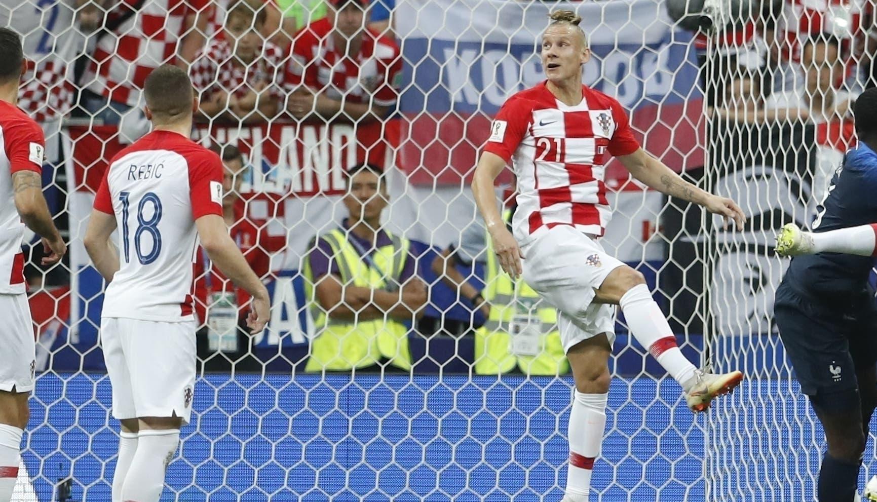 10. Mario Mandzukic (2do de derecha a izquierda), de Croacia, anota un autogol en la final de la Copa del Mundo frente a Francia, el domingo 15 de julio de 2018, en el estadio Luzhniki de Moscú (AP Foto/Petr David Josek)