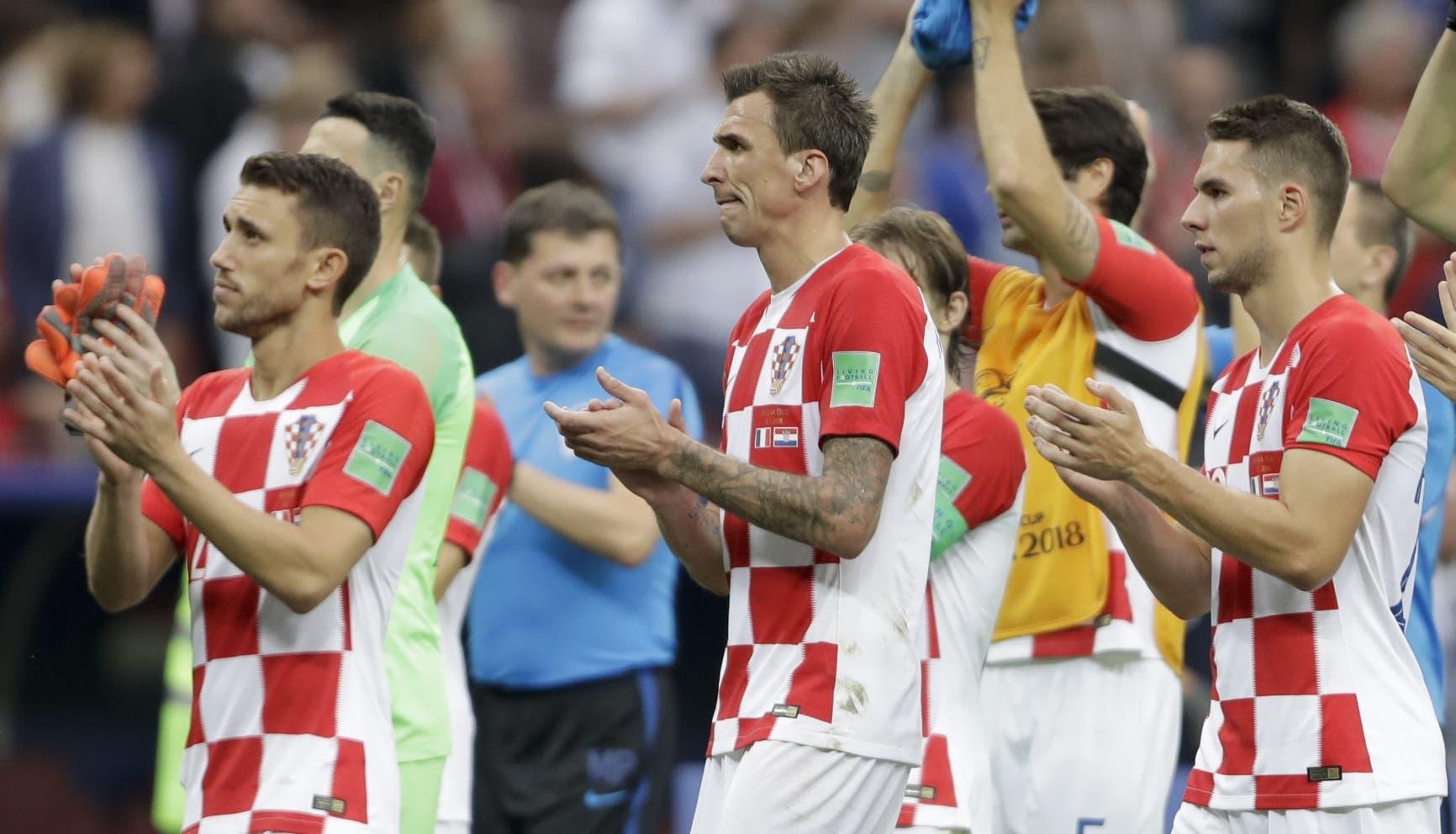 15. De izquierda a derecha, los croatas Josip Pivaric, Mario Mandzukic y Marko Pjaka aplauden luego de perder la final ante Francia, el domingo 15 de julio de 2018, en el estadio Luzhniki de Moscú (AP Foto/Natacha Pisarenko)