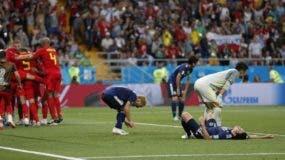 Los jugadores de Bélgica festejan su gol agónico, mientras los de Japón se desploman, en el partido de octavos de final de la Copa del Mundo, realizado  en Rostov del Don, Foto de archivo. Rusia (AP Foto/Natacha Pisarenko)