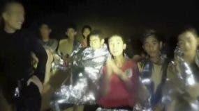 Este imagen del 3 de julio del 2018 tomada de un video proporcionado por los SEAL tailandeses muestra a integrantes de un equipo infantil de fútbol con integrantes de los SEAL dentro de una cueva en Mae Sai, en el norte de Tailandia. (SEAL de Tailandia via AP)