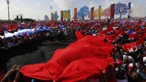 Miles de seguidores sandinistas esperan la llegada del presidente nicaragüense Daniel Ortega a la plaza Juan Pablo II para celebrar el 29 aniversario de la revolución sandinista en Managua, Nicaragua.  (AP Foto/Alfredo Zuniga)