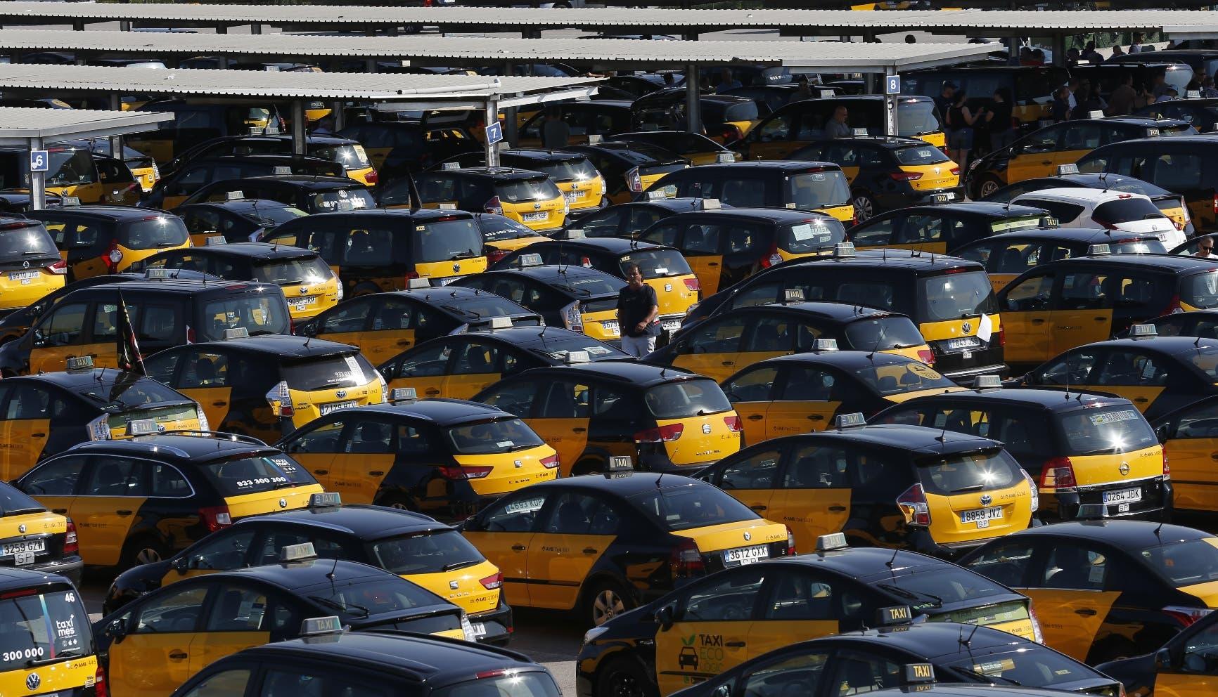 Taxis estacionados durante una huelga en el aeropuerto de Barcelona en Prat Llobregat, España, 26 de julio de 2018. Los taxis protestan contra la multiplicación de autos de empresas como Uber y Cabify. (AP Foto/Manu Fernandez)