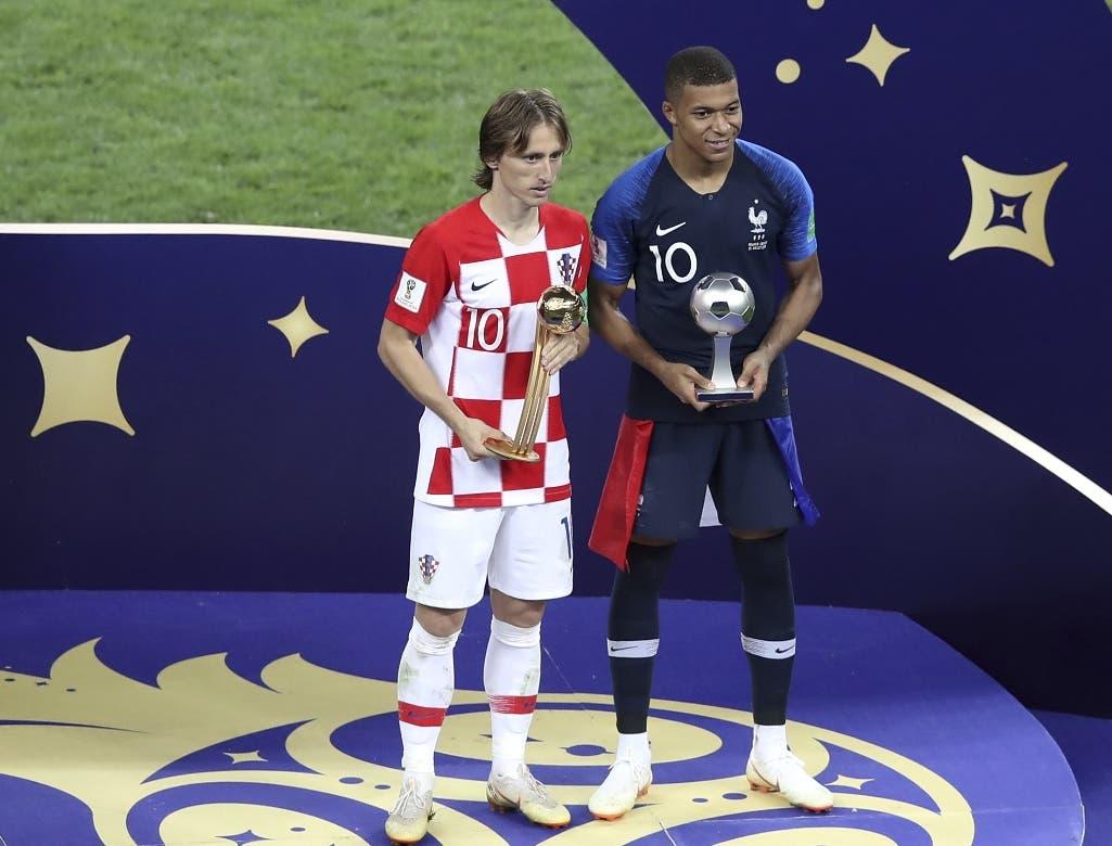 6. El croata Luka Modric y el francés Kylian Mbappé (derecha) posan con sus trofeos individuales que recibieron tras la final del Mundial en el estadio Luzhniki de Moscú, el domingo 15 de julio de 2018. (AP Foto/Thanassis Stavrakis)