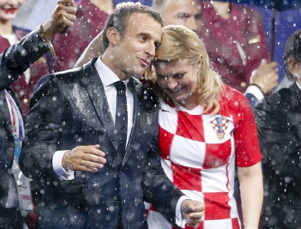 7. El presidente de Francia, Emmanuel Macron, y su colega de Croacia, Kolinda Grabar-Kitarovic soportan la lluvia después de la final de la Copa del Mundo, entre las selecciones de ambos países, el domingo 15 de julio de 2018, en el estadio Luzhniki de Moscú (AP Foto/Petr David Josek)