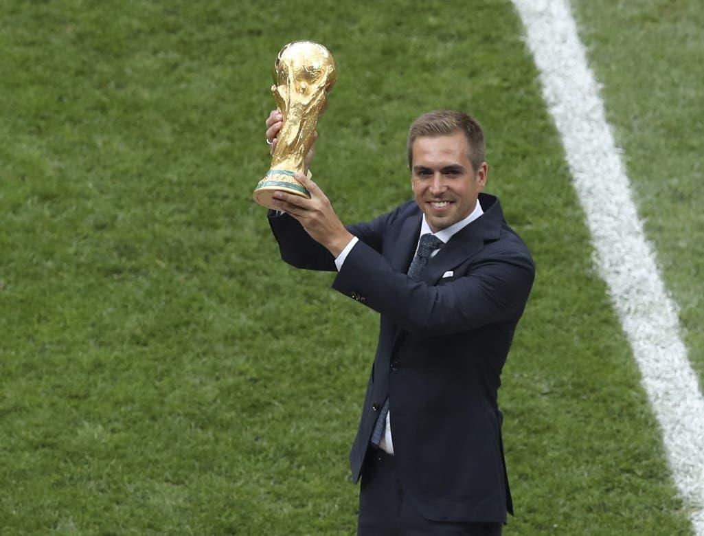 9. El excapitán de la selección alemana Philipp Lahm muestra la Copa del Mundo que conquistó cuatro años atrás, antes de la final entre Francia y Croacia, el domingo 15 de julio de 2018, en el estadio Luzhniki de Moscú (AP Foto/Thanassis Stavrakis)