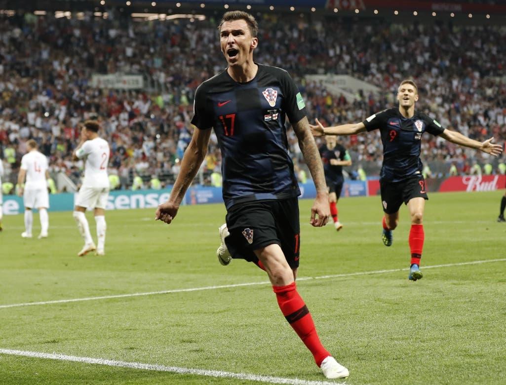 Mario Mandzukic, de la selección de Croacia, festeja luego de anotar el tanto de la ventaja, en el alargue de la semifinal de la Copa del Mundo ante Inglaterra en Moscú (AP Foto/Frank Augstein)