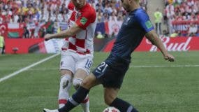 Ange Rebic, de la selección de CRoacia, recibe una falta de Lucas Hernández, de Francia, durante la final de la Copa del Mundo, disputada en el estadio Luzhniki de Moscú (AP Foto/Petr David Josek)