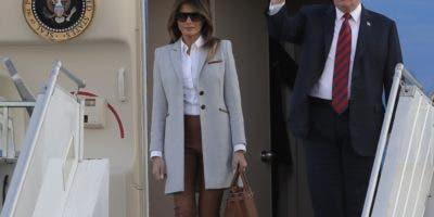 El presidente  Donald Trump y su esposa Melania arriban al aeropuerto de Helsinki, Finlandia. AP