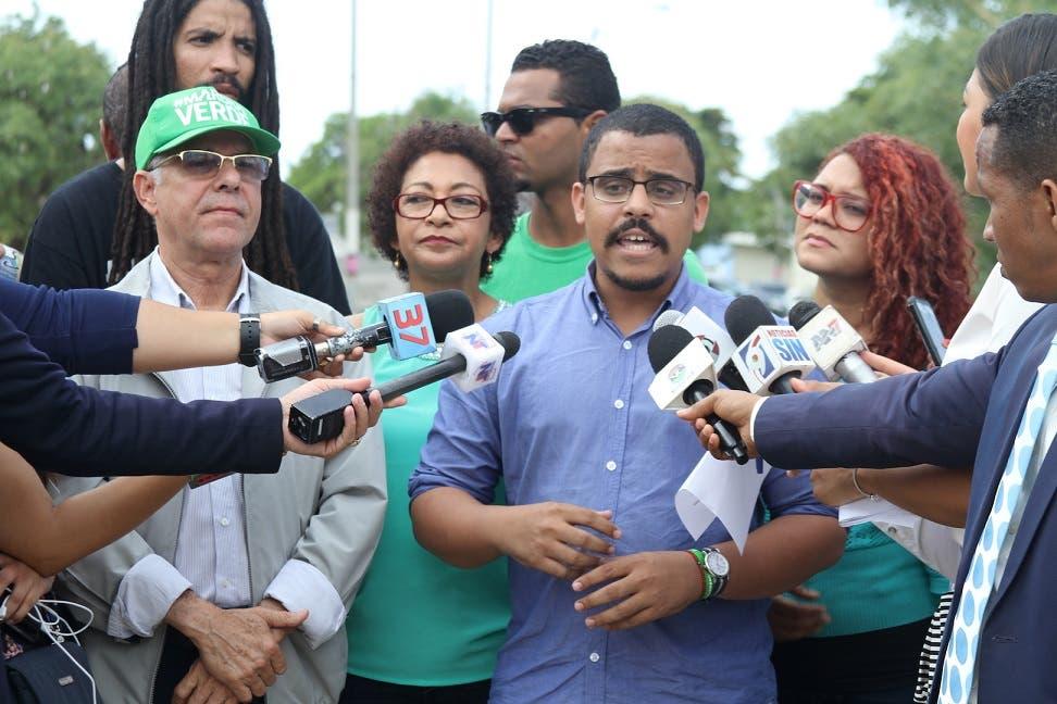 Franiel Genao, junto a María Teresa Cabrera, Jordania Ureña,  Manuel Jiménez y otros miembros de Marcha Verde.