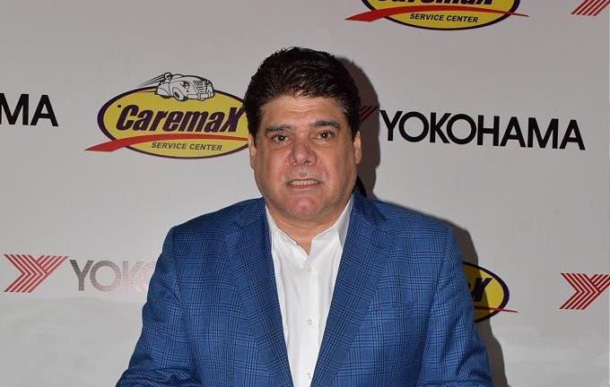 El empresario Georgie Herrera, presidente de Caremax, se dirige a los presentes durante el anuncio del Gran Premio Yokohama de Automovilismo.