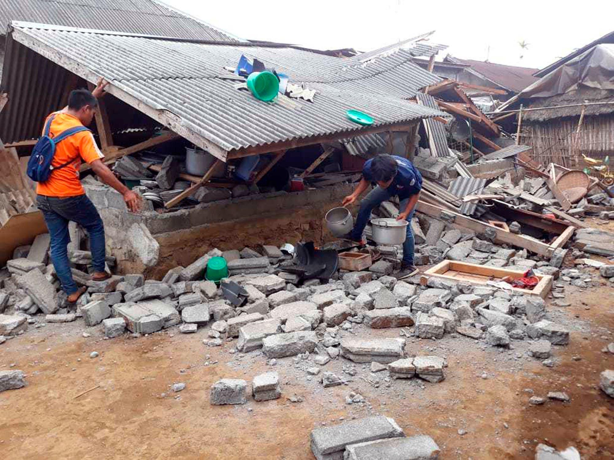 Residentes limpian los escombros dejados por un sismo que remeció la localidad de Sajang, en Sembalun, Lombok Oriental, Indonesia, el 30 de julio de 2018. (AP Foto)