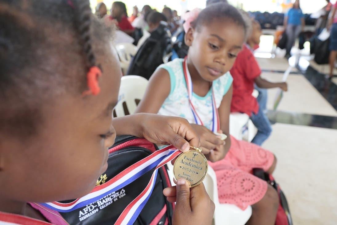 Una de las niñas ganadoras muestra la medalla obtenida.