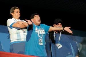 El retirado futbolista argentino Diego Maradona saluda a aficionados previo al partido entre Argentina y Nigeria en la Copa Mundial en San Petersburgo, Rusia, el martes 26 de junio de 2018. (AP Foto/Petr David Josek)