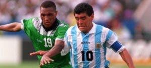 Maradona en plena acción frente a Nigeria (1994).