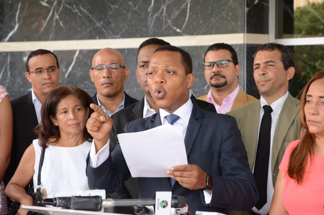 Presidente de País Posible deposita en JCE documentos requeridos para ser reconocido como partido