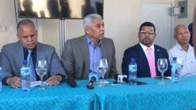 El alcalde Nelson Guillén junto a otros dirigentes del PLD en San Cristóbal que hoy salieron en defensa del senador Tommy Galán.