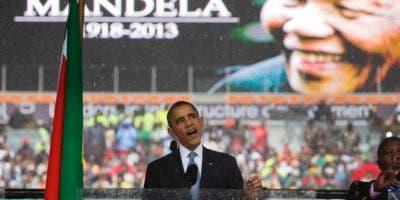 Foto de archivo del expresidente Barack Obama durante el funeral de Nelson Mandela. En ocasión del 100 aniversario del nacimiento del líder sudafricano, Obama llamó a la juventud a luchar por los derechos humanos.