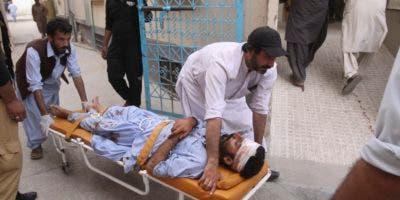 El mayor de los atentados, con 128 muertos y 122 heridos, fue reivindicado por el grupo yihadista Estado Islámico (EI), en uno de los peores actos terroristas en Pakistán de los últimos años.